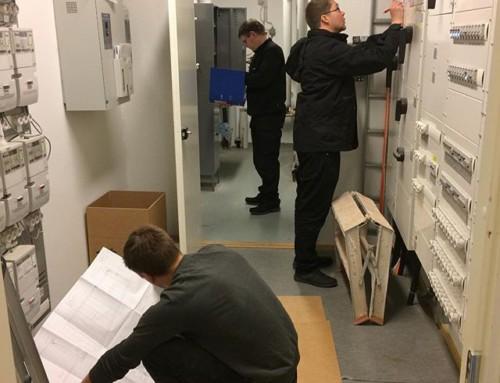 Kenttähommissa ammattilaisten mukana tarkastamassa taloa