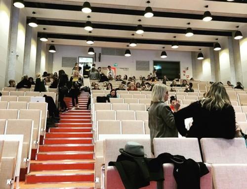 Sali täyttyy vähitellen Metropolian uudessa auditoriossa. Opiskelijoille tarjolla vähän asiakasymmärrystä ja muotoilua.
